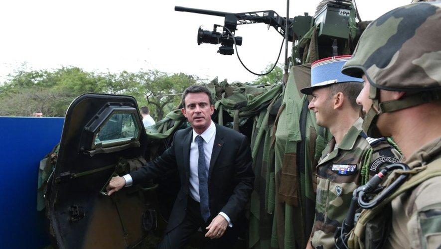Le Premier ministre Manuel Valls au milieu de militaires français le 30 octobre 2016 à Abidjan
