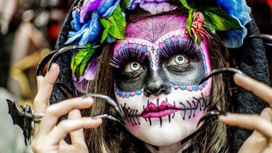 Brésilienne déguisée en Catrina de la célèbre Fête des morts mexicaine