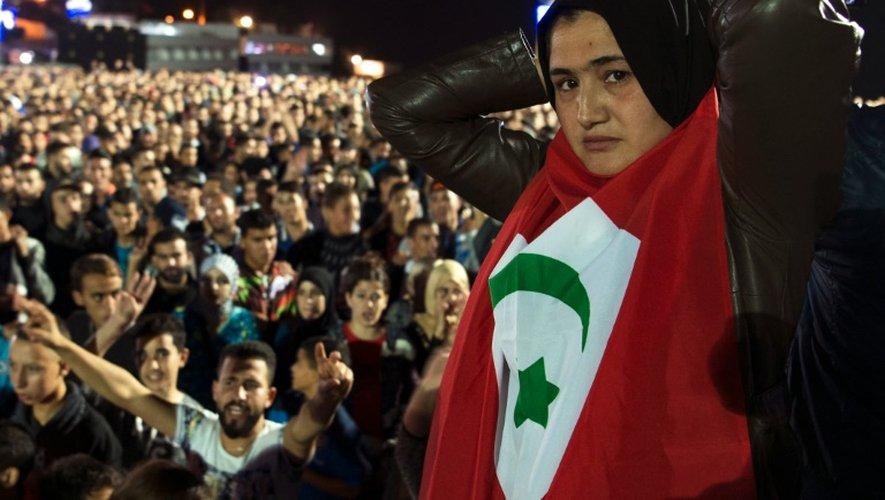 Une manifestante porte un drapeau de la République du Rif lors d'une manifestation le 30 octobre à Al Hoceima en soutien à un vendeur de poisson, broyé par une benne à ordure