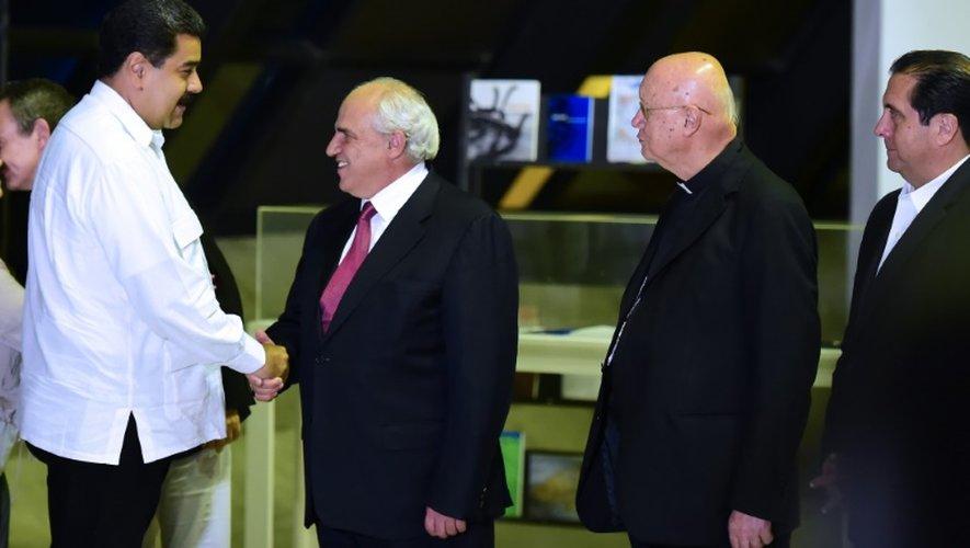 Le président Nicolas Maduro, le secrétaire général de l'Union des nations sud-américaines (Unasur) Ernesto Samper, le médiateur du Vatican Monseigneur Claudio Maria Celli et l'ex- président du Pananama Martin Torrijos le 30 octobre 2016 à Caracas