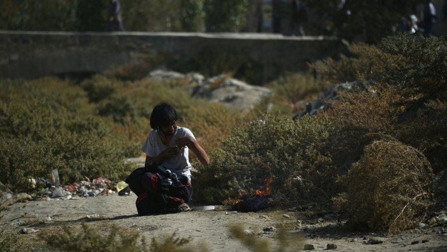 Un Afghan fume de l'opium à Kaboul, le 23 octobre 2016