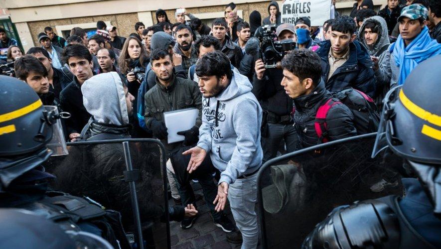 Des migrants lors d'une opération de contrôle de police le 31 octobre 2016 dans le nord de Paris
