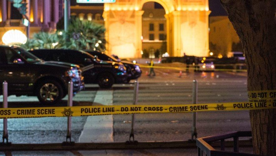 Un périmètre de sécurité est installé par la police sur le Strip, une portion du Las Vegas Boulevard, où une voiture a fonçé sur la foule faisant au moins un mort, le 20 décembre 2015 à Las Vegas