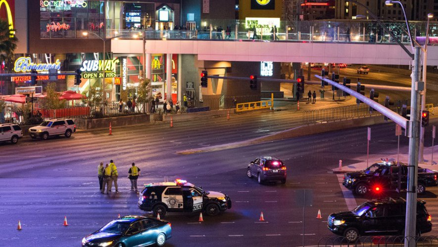 La police enquête sur le lieu où une femme au volant a foncé dans la foule, faisant un mort et 26 blessés, le 20 décembre 2015 sur le célèbre Strip de Las Vegas