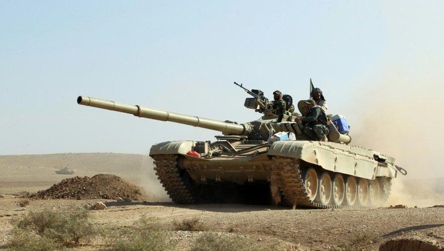 Un char des forces irakiennes avance en direction du village irakien de Salmani lors de l'offensive contre les jihadistes du groupe Etat islamique, le 30 octobre 2016