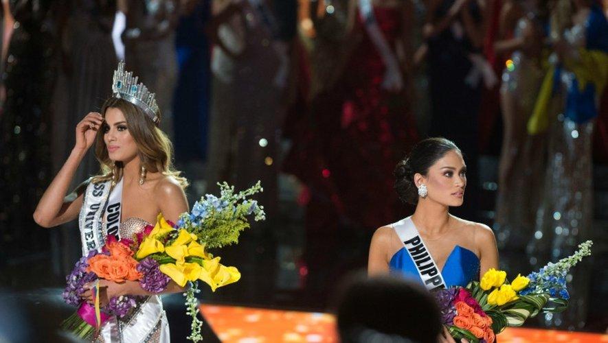 Miss Colombia (g) est sacrée par erreur Miss Univers aux dépends de Miss Philippines (d), le 20 décembre 2015 à Las Vegas