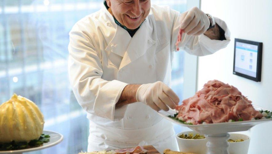 Le chef français Daniel Boulud prépare un plat  le 11 avril 2016 à New York