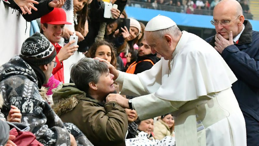 Le pape salue un fidèle à Malmö en Suède, le 1er novembre 2016