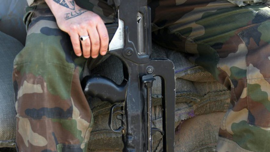Un soldat français entretient son fusil d'assaut, sur la base de   Qayyarah (sud de Mossoul), le 31 octobre 2016
