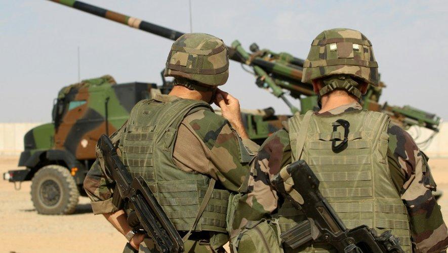 Des soldats français près d'un CAESAR (camion équipé d'un système d'artillerie) sur la base de Qayyarah (sud de Mossoul), le 31 octobre 2016