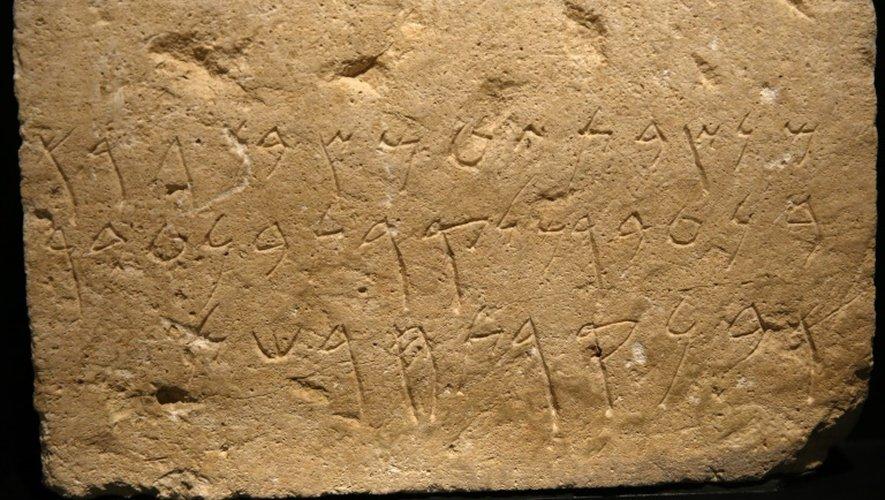 Des écritures phéniciennes gravées dans une pierre, exposée au musée national de Beyrouth, le 13 octobre 2016