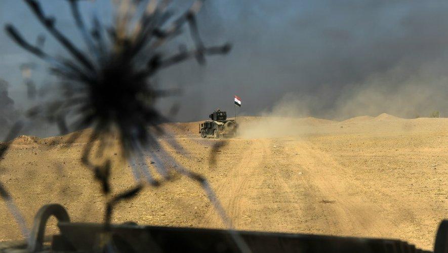 Un véhicule des forces irakiennes avance vers Mossoul, le 31 octobre 2016