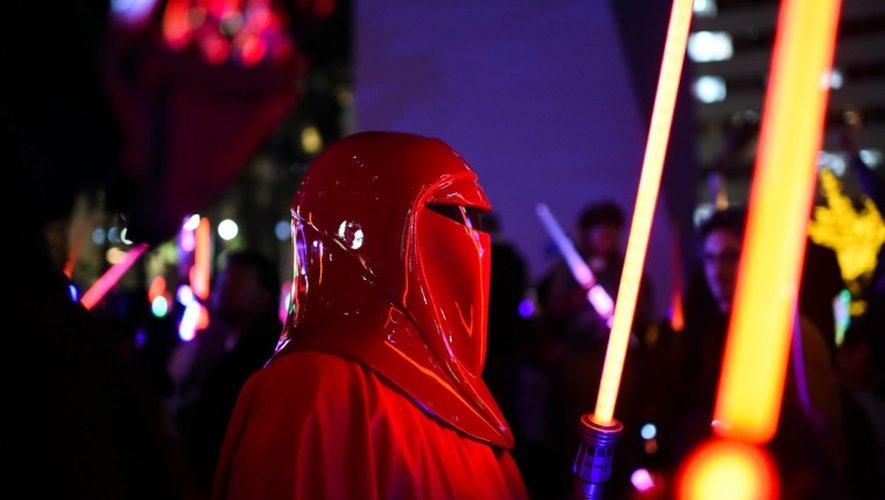 Un fan de Star Wars déguisé en garde impérial, le 18 décembre 2015 à Los Angeles