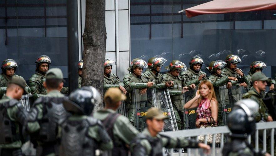 Des membres de la garde nationale positionnés devant l'Assemblée nationale lors d'une manifestation des partisans du président  Maduro le 1er novembre 2016 à Caracas