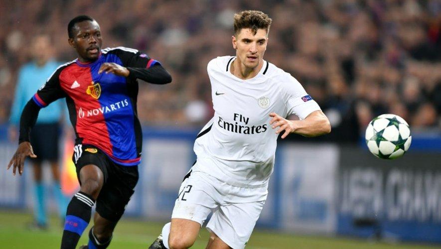 Le joueur belge du Paris SG Thomas Meunier (D) vise le ballon à coté du  joueur ivoirien de Bâle Adama Traore à Bâle le 2 novembre 2016