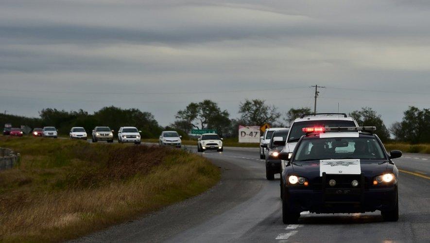 La police fédérale mexicaine sur la route 101, entre Matamoros, à la frontières americano-mexicaine, et Ciudad Victoria, le 17 décembre 2015