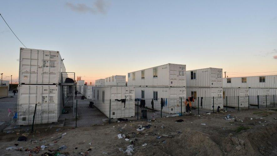 Vue extérieure des conteneurs blancs du Centre d'accueil provisoire (CAP), où vivaient quelque 1.500 mineurs isolés, le 2 novembre 2016 à Calais