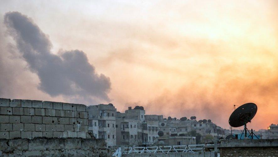 Une épaisse fumée s'échappe du quartier de Dahiyet al-Assad, à Alep, après une attaque de rebelles sur des forces du régime syrien, le 29 octobre 2016