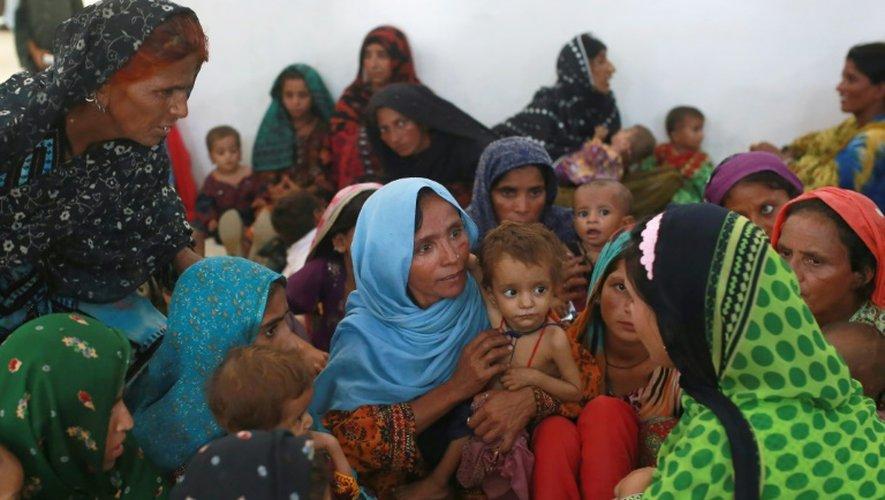 Mah Pari (c) et son fils Gul Mir, attend avec d'autres mères son tour au centre de nutrition mobile de MSF à Dera Murad Jamali, le 7 septembre 2016