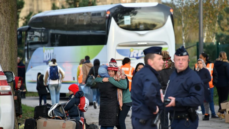 """Départ du premier car du camp Jules Ferry jouxtant l'ex-""""Jungle"""" de Calais, avec à bord une trentaine de femmes et enfants, le 3 novembre 2016"""