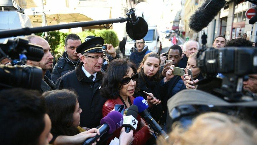 Yasmina Reza parle à la presse à Paris après avoir reçu le prix Renaudit le 3 novembre 2016