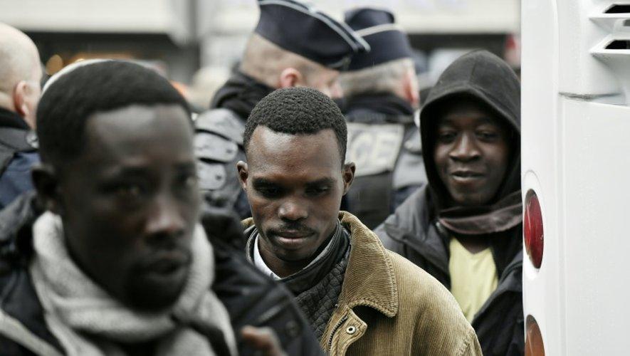 Des migrants évacués du campement improvisé près de la station Stalingrad à Paris le 4 novembre 2016