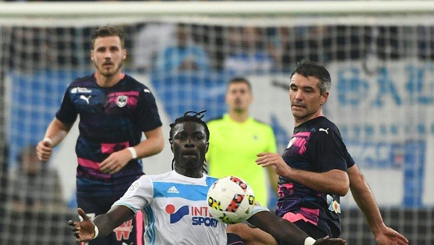 L'attaquant de l'OM Bafétimbi Gomis (c) contrôle le ballon face  aux Girondins de Bordeaux au Vélodrome, le 30 octobre 2016