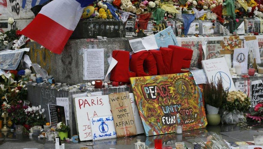Mémorial improvisé en hommage aux victimes des attentats du 13 novembre 2015, le 27 novembre de la même année, place de la République à Paris