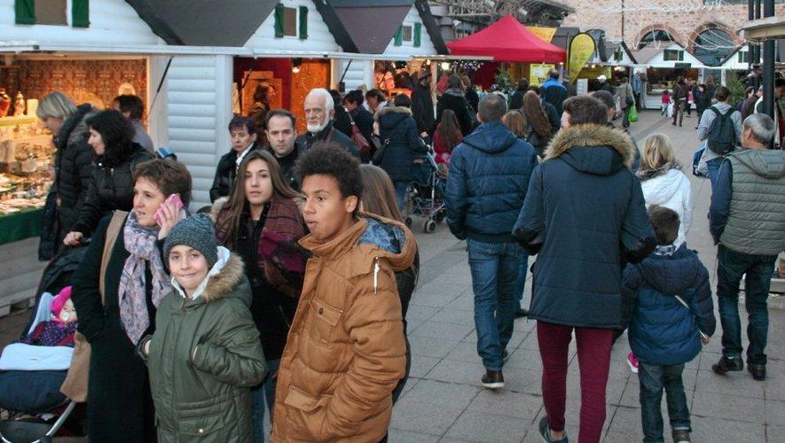 Soleil et bonnes affaires sont au rendez-vous du marché de Noël ruthénois.