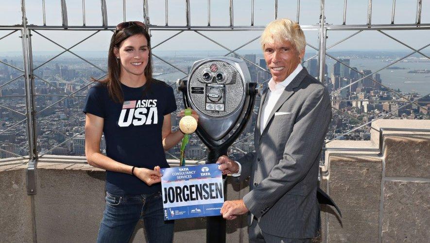 La triathlète américaine Gwen Jorgensen, médaillée d'or aux JO-2016 de Rio, annonce sa participation au marathon de New York 2016, le 25 août 2016 avec le responsable de la course Peter Ciaccia
