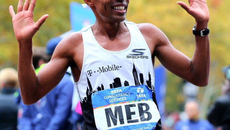 L'Américain Meb Keflezighi, le 1er novembre 2015 à l'arrivée du marathon de New York