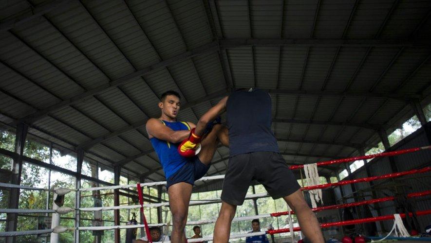 Deux hommes s'entraînent le 18 décembre 2015 dans un club de Rangoun