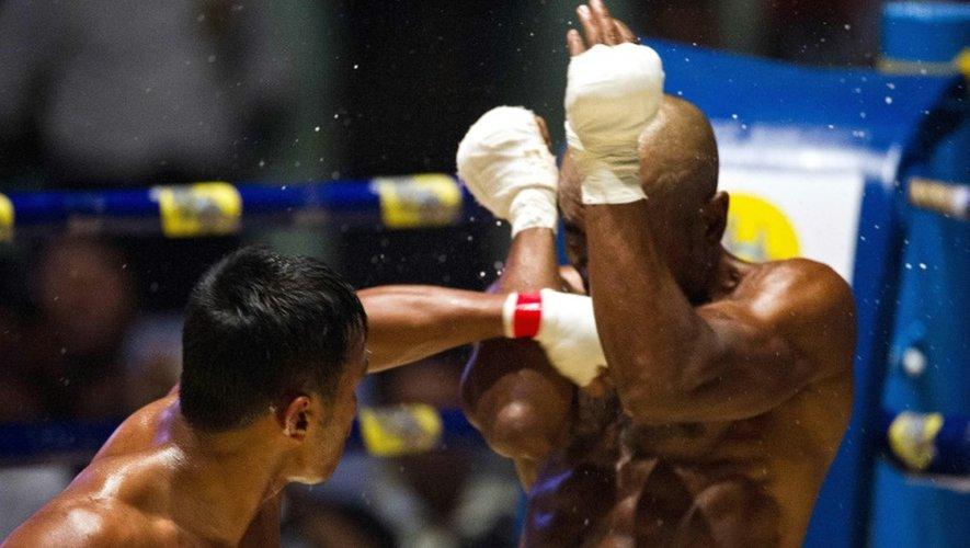 """Le boxeur Tun Tun Min combat contre son adversaire américain Cyrus """"Black Dynamite"""" Washington, le 20 décembre 2015 à Rangoun"""