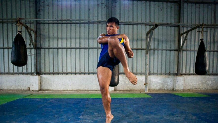 Tun Tun Min, pratiquant de la boxe birmane, le Lethwei s'entraîne dans un club de Rangoun, le 18 décembre 2015
