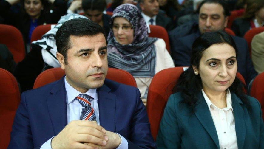 Les deux coprésidents du HDP, principal parti prokurde et deuxième parti d'opposition en Turquie, Figen Yüksekdag (G) et Selahattin Demirtas, à Ankara le 10 avril 2015