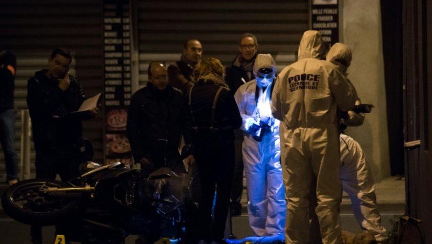 Des enquêteurs sur les lieux de la mort d'un homme de 29 ans tué par balle à Marseille, le 5 novembre 2016