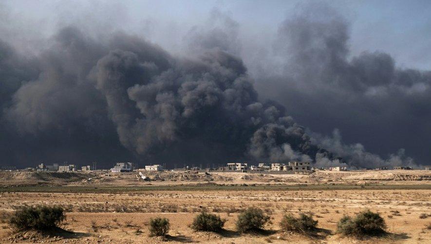 De la fumée s'échappe de puits pétroliers à Qayyarah, au sud de Mossoul où les forces irakiennes tentent de reprendre la ville aux combattants de l'EI, le 4 novembre 2016