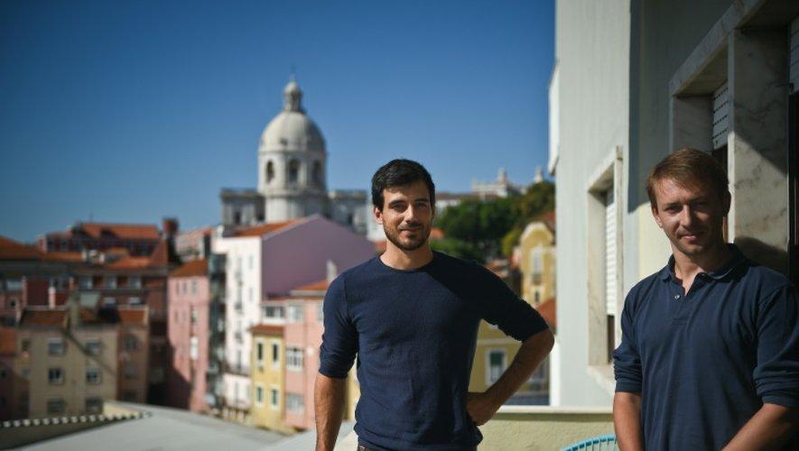 """Les fondateurs français du startup """"Moneytis"""" Christophe Lassuyt (d) and Etienne Tatur pose sur le balcon de leur bureau à Lisbonne, le 29 septembre 2016"""