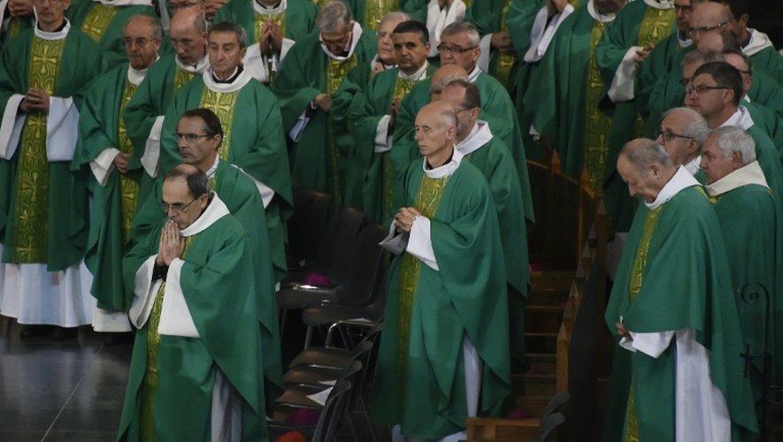 L'archevêque de Lyon Philippe Barbarin (G) lors de l'assemblée générale des évêques de France le 7 novembre 2016 à Lourdes