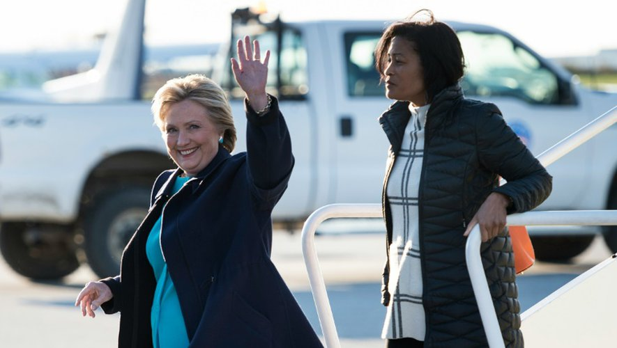 La candidate démocrate à la présidentielle américaine Hillary Clinton et sa collaboratrice Cheryl Mills (d), le 6 novembre 2016 à leur arrivée à l'aéroport de Cleveland, dans l'Ohio