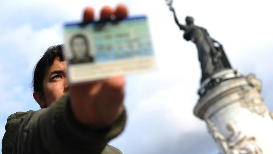 Un Français avec sa carte d'identité le 4 novembre 2009 place de la République à Paris