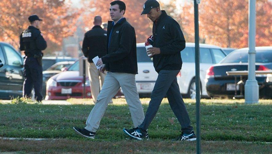 Barack Obama avec un des membres de son staff s'apprête à jouer un match de basket à Fort McNair à Washington 8 novembre 2016