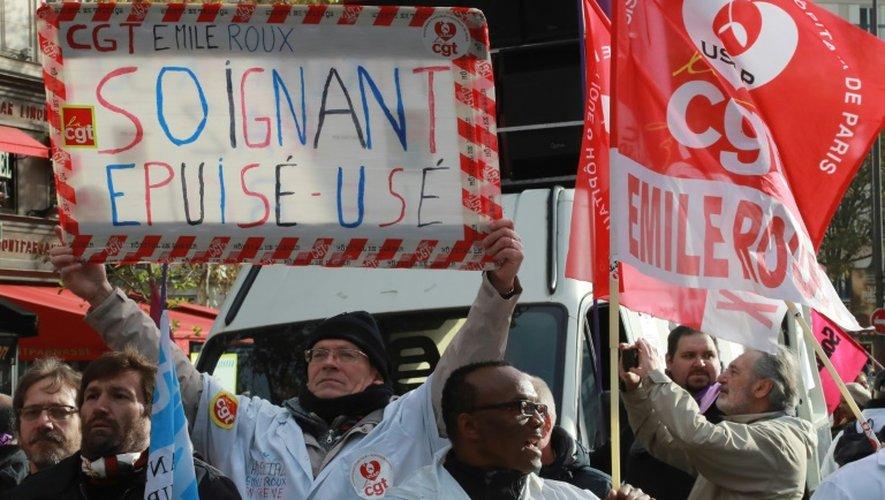 Des infirmiers, aides-soignants et personnels hospitaliers manifestent à Paris, le 8 novembre 2016, pour dénoncer leurs conditions de travail