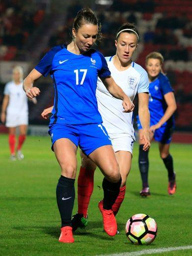 La Française Gaëtane Thiney face à l'Anglaise Lucy Bronze, le 21 octobre 2016 à Doncaster