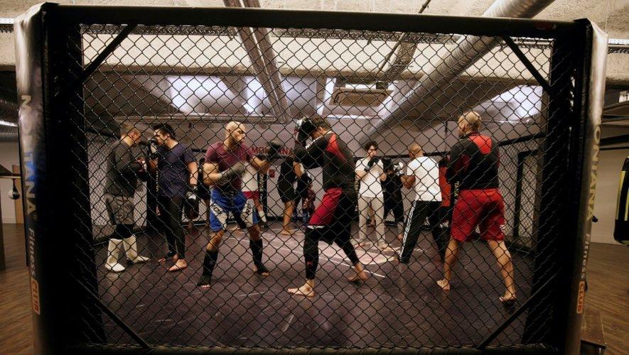 Des pratiquants des MMA à l'entraînement à Paris, le 2 mai 2016