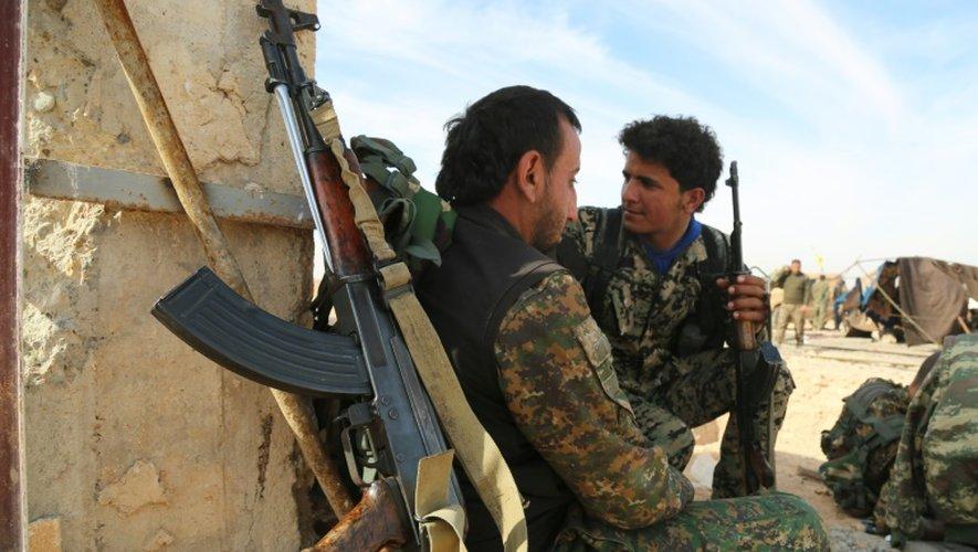 Des forces démocratiques syriennes (FSD), une alliance kurde-arabe soutenue par les Etats-Unis, dans le village d'Abu al-Ilaj, près de la ville syrienne d'Ain Issa, à environ 50 kilomètres au nord de Raqa, le 8 novembre 2016