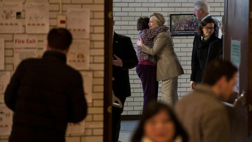 La candidate démocrate Hillary Clinton étreint une femme alors qu'elle et son mari arrivent au bureau de vote de Chappaqua, le 8 novembre 2016