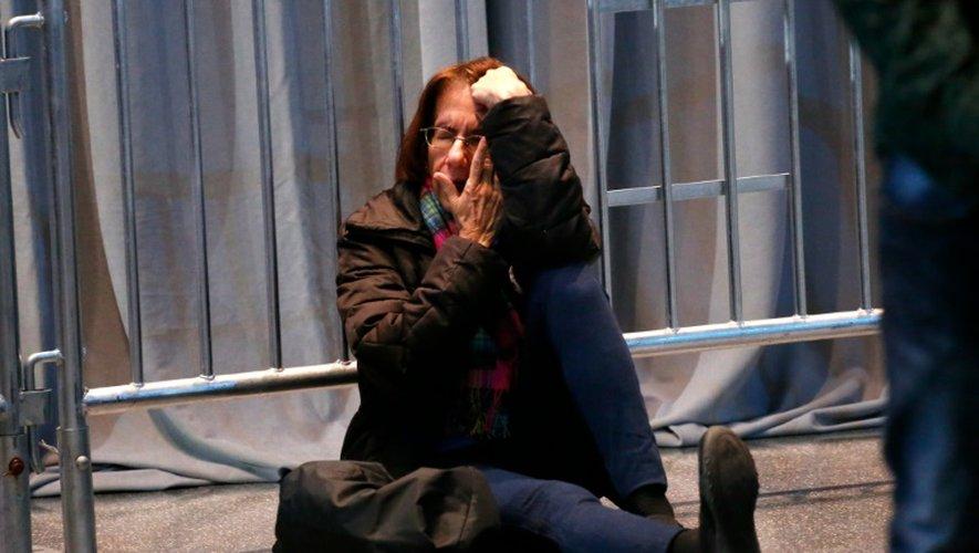 Une militante démocrate effondrée après la victoire de Trump, devant devant le Javits Convention center à New York, le 9 novembre 2016
