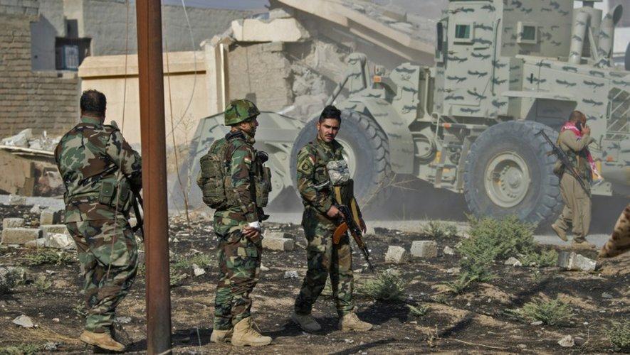 Des combattants peshmergas ouvrent une voie dans la ville de Bachiqa lors de l'offensive contre l'EI, le 8 novembre 2016 en Irak