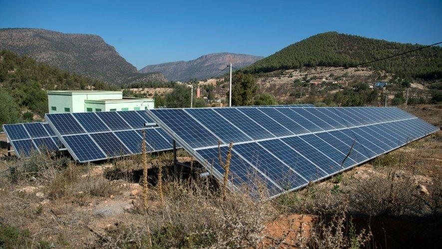Vue générale des panneaux solaires reliés à des générateurs qui font remonter à la surface l'eau du sous-sol, installés à  Tafoughalt, un petit village dans les montages marocaines, le 31 octobre 2016